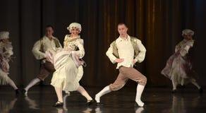Folk som dansar i traditionella dräkter på etapp, Royaltyfri Foto