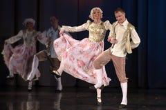 Folk som dansar i traditionella dräkter på etapp, Royaltyfria Foton