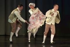 Folk som dansar i traditionella dräkter på etapp, Royaltyfria Bilder
