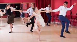 Folk som dansar lindy flygtur arkivfoto