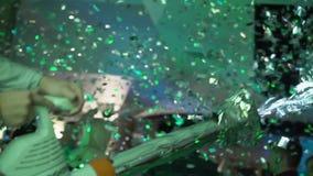 Folk som dansar med glitter lager videofilmer