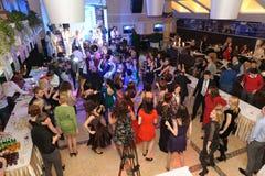 Folk som dansar och festar i nattklubb arkivbild