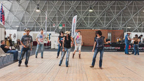 Folk som dansar på att vagga parkerahändelsen i Milan, Italien Fotografering för Bildbyråer