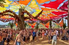 Folk som dansar på den Ozora festivalen Royaltyfri Foto