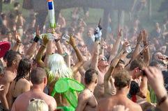 Folk som dansar på den Ozora festivalen Arkivbilder