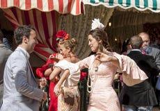 Folk som dansar sevillanas i Féria de Avril i Sevilla royaltyfri fotografi