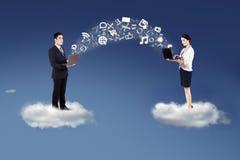 Folk som delar information på molnet Arkivfoto