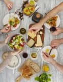 Folk som delar maten arkivfoto
