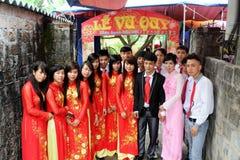 Folk som deltar i brölloptraditionerna Royaltyfri Fotografi
