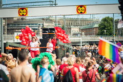 Folk som deltar i Stockholm Pride Parade Arkivbild