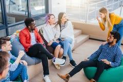 Folk som diskuterar funktionsduglig process, medan sitta på den utomhus- kontorsvardagsrummet royaltyfria bilder