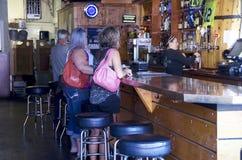 Folk som dricker i stång Fotografering för Bildbyråer