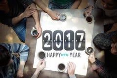 Folk som dricker kaffe runt om meddelande för nytt år stock illustrationer