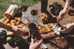 Folk som dricker vin och utomhus äter arkivbilder