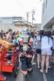 Folk som evakueras från hotell under brandlarmet i Kyoto Japan på 14 Juli 2016 Arkivbilder