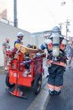 Folk som evakueras från hotell under brandlarmet i Kyoto Japan på 14 Juli 2016 Arkivfoton
