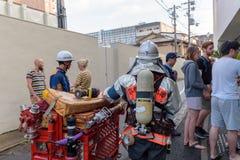 Folk som evakueras från hotell under brandlarmet i Kyoto Japan på 14 Juli 2016 Arkivbild