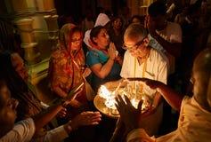 Folk som får välsignelser från den heliga branden Arkivfoto
