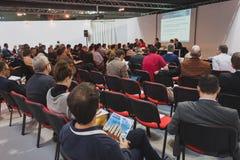 Folk som följer en konferens på Solarexpo 2014 i Milan, Italien Royaltyfri Foto