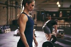 Folk som förbereder sig att göra deadlift i idrottshall Royaltyfri Bild