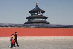 Folk som förbigår templet av himmel i Peking Royaltyfri Foto