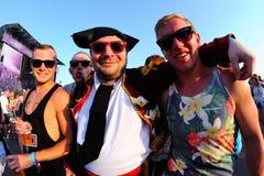 Folk som förställas som toreador (tjurfäktare) på FIB festivalen Arkivfoto