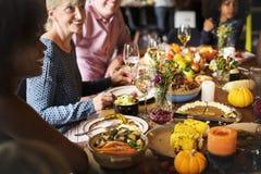 Folk som firar begrepp för tradition för tacksägelseferie royaltyfria foton