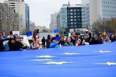 Folk som firar dag för europeisk union i Bucharest, Rumänien Arkivbild