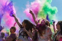 Folk som firar den Holi festivalen av färger. Royaltyfria Bilder