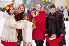 Folk som firar den Maslenitsa festivalen royaltyfri foto