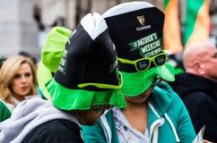 Folk som firar den St Patrick dagen i Trafalgar Square i London Arkivfoto