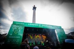 Folk som firar den St Patrick dagen i Trafalgar Square i London Arkivbild