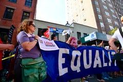 Folk som firar homoäktenskaprätter på den Stonewall gästgivargården New York Royaltyfri Bild