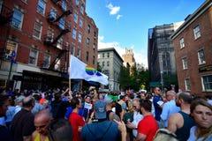 Folk som firar homoäktenskaprätter på den Stonewall gästgivargården New York Fotografering för Bildbyråer