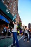 Folk som firar homoäktenskaprätter på den Stonewall gästgivargården New York Royaltyfria Foton