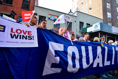 Folk som firar homoäktenskaprätter på den Stonewall gästgivargården New York Royaltyfri Foto