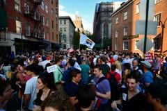 Folk som firar homoäktenskaprätter på den Stonewall gästgivargården New York Arkivbilder