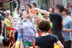 Folk som firar Songkran Arkivfoton