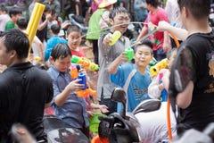 Folk som firar Songkran Royaltyfri Bild