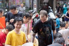 Folk som firar Songkran arkivfoto