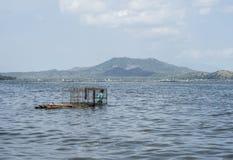 Folk som fiskar i den Taal vulkans sjö i Batangas, Filippinerna royaltyfria bilder