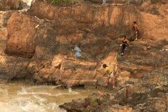 Folk som fiskar med ett rudimentärt nätverk i Mekonget River på den Don Khon ön på Laos Arkivbilder