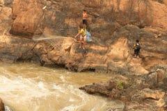 Folk som fiskar med ett rudimentärt nätverk i Mekonget River på den Don Khon ön på Laos Arkivfoto
