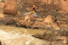 Folk som fiskar med ett rudimentärt nätverk i Mekonget River på den Don Khon ön på Laos Royaltyfria Foton