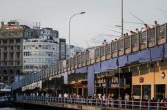 Folk som fiskar på den Galata bron Arkivfoton