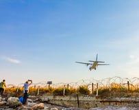 Folk som fotograferar en turbopropmotorflygplanlandning på Larnaca Int fotografering för bildbyråer