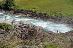 Folk som fotvandrar i den Krimml Achental dalen Royaltyfria Bilder