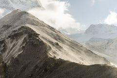 Folk som fotvandrar i Himalaya Royaltyfria Bilder