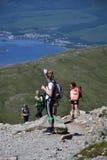 Folk som fotvandrar på banan till den Ben Nevis toppmötet Royaltyfri Fotografi