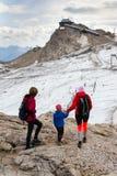 Folk som fotvandrar runt om Dachstein Hunerkogel bergstation på Augusti 17, 2017 i Ramsau f.m. Dachstein, Österrike Arkivfoton